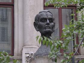 Bustul Seniorului din Str. Batiştei (foto: corneliu-coposu.ro)