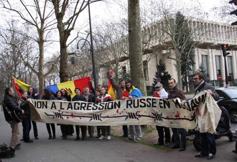 miting paris ambasada rusiei-comemorare ocupatie Basarabia-foto Vasile Calmatui